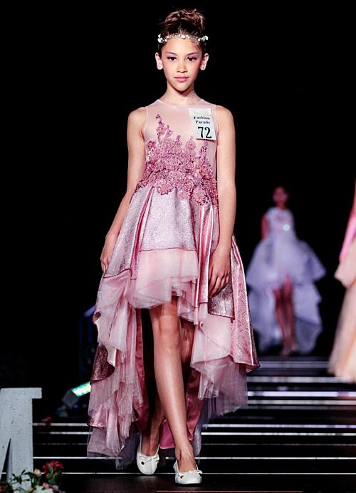 Trên sàn diễn, mẫu nhí 9 tuổi khoe vẻ xinh đẹp, thần thái chuyên nghiệp trong những bộ váy bồng bềnh kiểu công chúa.