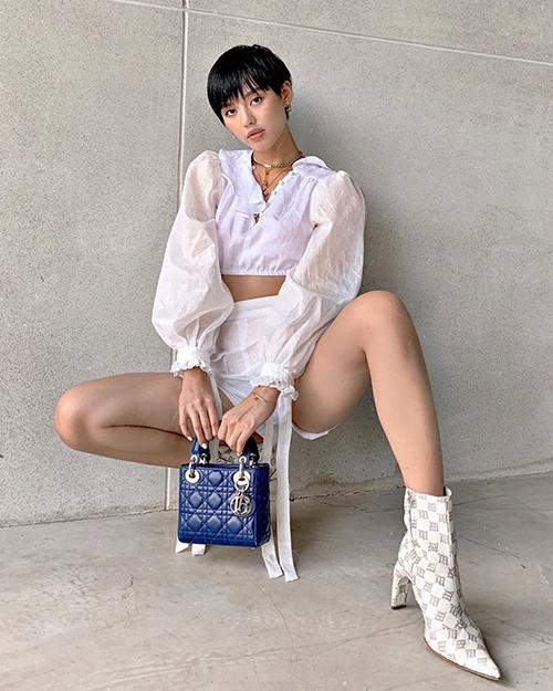 Khánh Linh diện toàn những món đồ rất điệu như áo xếp bèo, túi Lady Dior nhưng trông vẫn cá tính.