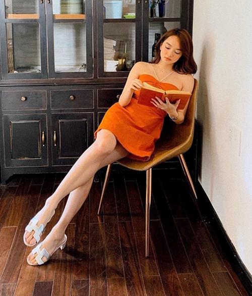 Kaity Nguyễn trưởng thành với đầm dây khoe vai, kết hợp dép Hermes.