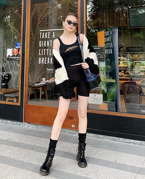 Thiều Bảo Trang trung thành với phong cách cool ngầu, ưu tiên tông đen và những iem mạnh mẽ khi ra phố.