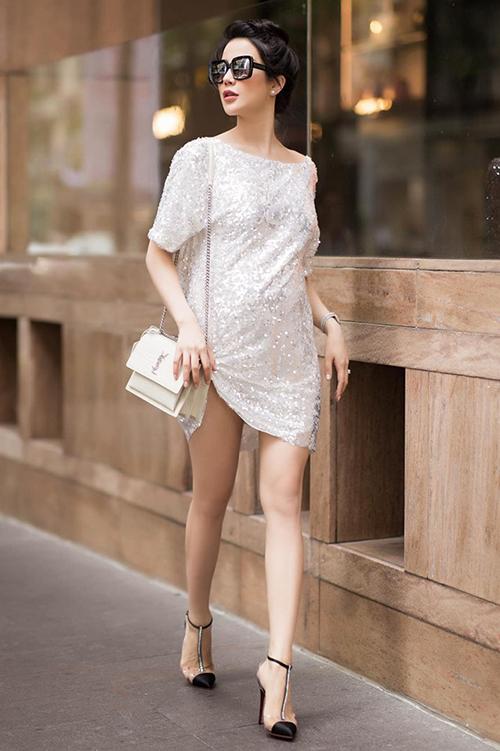 Diệp Lâm Anh chứng minh bầu 6 tháng vẫn sành điệu như thường khi diện váy ngắn khoe chân thon, mix giày cao gót.