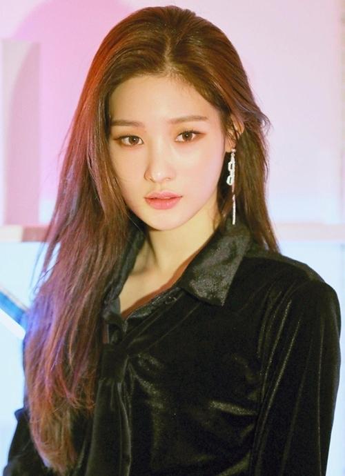 Jung Chae Yeon (1997)là trong những nữ thần thế hệ mới của Kpop