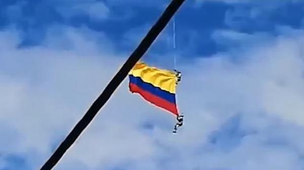 Sợi cáp kim loại quân nhân Colombia bám vào trong màn trình diễn.