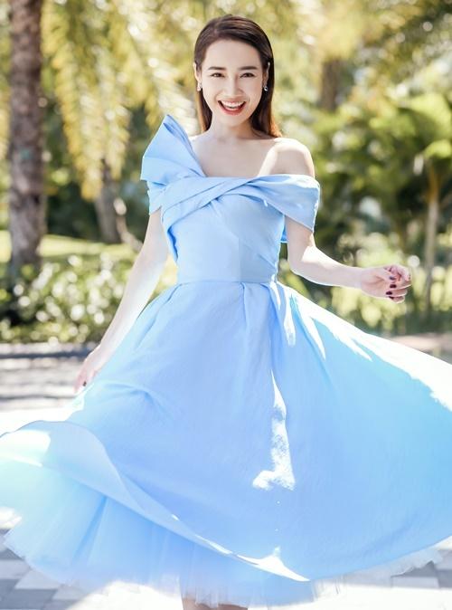 Bộ đầm gam màu xanh, kiểu dáng công chúa của NTK Lê Thanh Hòa tôn lên nét đẹp dịu dàng, thanh lịch của Nhã Phương.