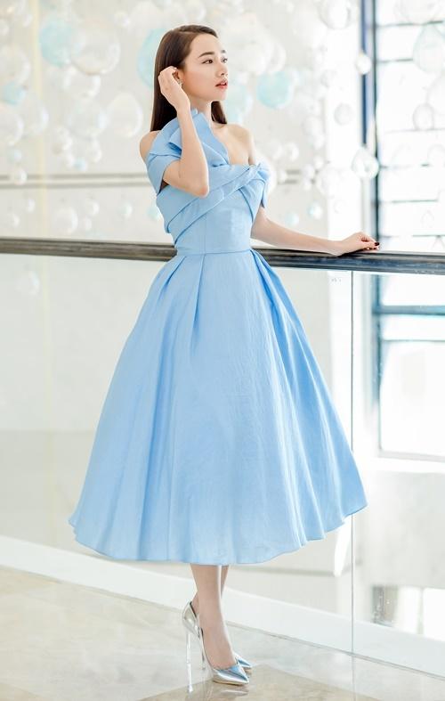 Nhã Phương khoe thân hình nuột nà sau sinh. Gần đây, nữ diễn viên sinh năm 1990 thường xuyên diện trang phục trễ vai, cúp ngực hoặc để lưng trần, khoe chỉ số hình thể cân đối.