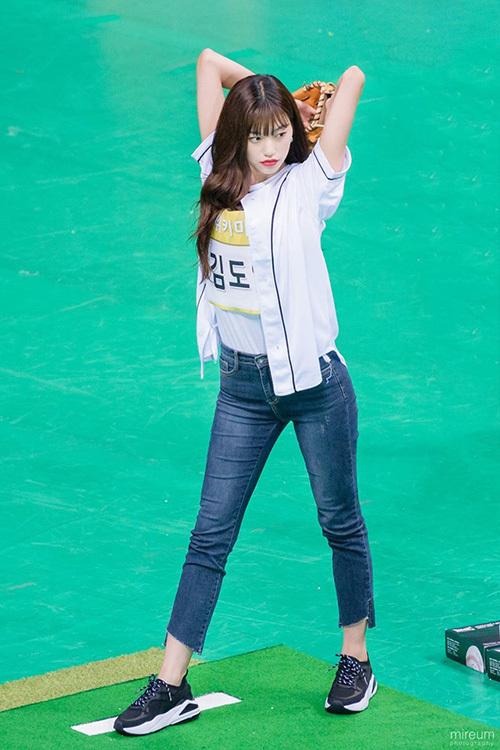 Kim Do Yeon (Weki Meki) cao hơn 1,7m và được các fan ở sân vận động chú ý vì quá đẹp trai.