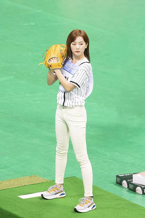 Seul Gi (Red Velvet) không có chiều cao đặc biệt nổi trội nhưng tỉ lệ cơ thể đáng ngưỡng mộ. Nữ idol có đôi chân dài, dáng đứng rất chuẩn và tỏa ra khí chất ngút ngàn khi chuẩn bị ném bóng.
