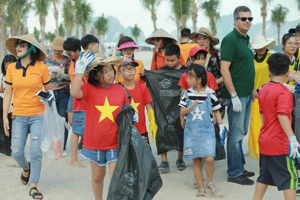 Toàn bộ túi ni lông đựng rác được phát cho các tình nguyện viên đều là túi tự hủy sinh học, thân thiện với môi trường. Được biết, từ 1/8, Hạ Long phát động các đơn vị kinh doanh dịch vụ trên vịnh dừng sử dụng chai nhựa, ống hút dùng một lần.