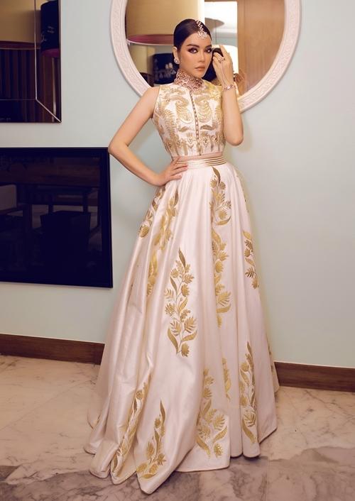Ngày đầu tiên có chủ đề trang phục truyền thống Ấn Độ. Lý Nhã Kỳ xuất hiện với phong cách quyền lực, sang trọng. Trang phục cô mặc được đích thân tỉ phú cho NTK Ấn Độ đặt may riêng theo số đo của cô.