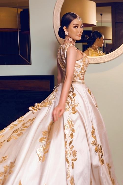 Chiếc đầm được đính kết thủ công trong hai tháng. Các đường chỉ vàng trên trang phục được đính kết tỉ mỉ.