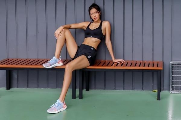 Người đẹp thường xuyên gym để có vóc dáng săn chắc.