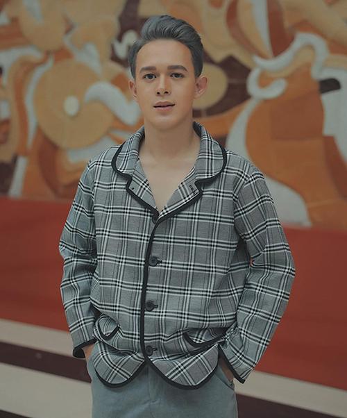 Mái tóc mới này giúp Quang Anh trông sáng láng, nam tính và trưởng thành hơn. Trong khi đó, anh chàng tự nhận xét màu tóc mới của mình là style ông già.