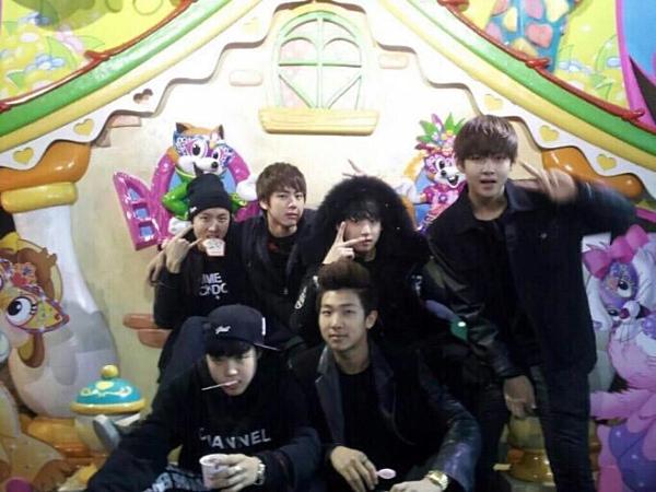 BTS trong buổi đi chơi Lotte World thời còn là thực tập sinh.