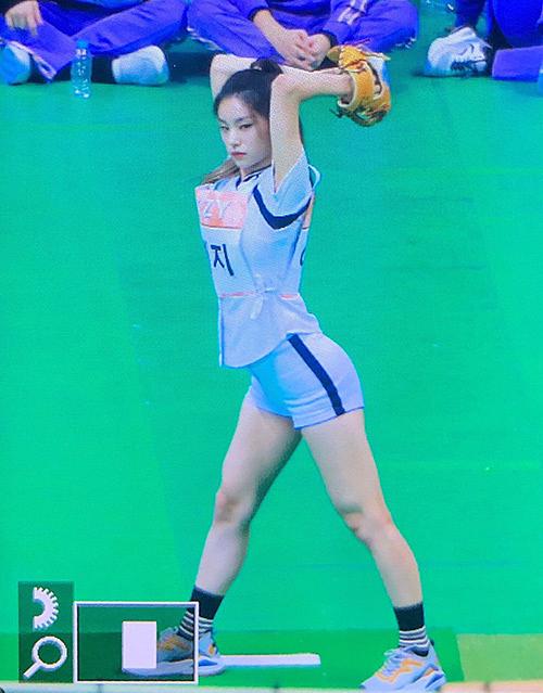 Động tác ném bóng của Yeji được khen vô cùng sexy. Cô nàng cũng có thành tích tốt, tiến vào vòng chung kết.