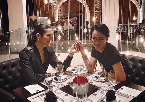BB Trần và bạn thân Hải Triều nắm tay nhau đi ăn tối rất tình tứ.