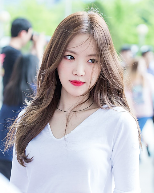 Son Na Eun (Apink) cũng được giới phóng viên Hàn ưu ái. Không xinh đẹp sắc sảo nhưng nữ idol sinh năm 1994 ghi điểm nhờ visual trong sáng, thân hình quyến rũ. Tuy nhiên, khoảng hơn một năm trở lại đây, Na Eun gây tranh cãi vì nghi án phẫu thuật thẩm mỹ, đánh mất vẻ đẹp tự nhiên.