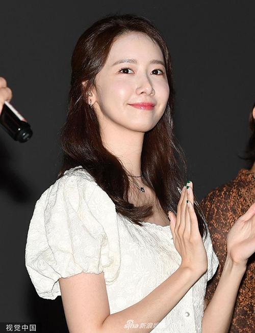 Tham dự một sự kiện gần đây, Yoona ăn vận, trang điểm đơn giản nhưng vẫn gây chú ý. Ở tuổi 29, cô vẫn có nhan sắc tươi trẻ, vẻ đẹp trong trẻo ăn đứt nhiều đàn em. Dưới ánh đèn flash mạnh, gương mặt của Yoona vẫn không bị dìm.