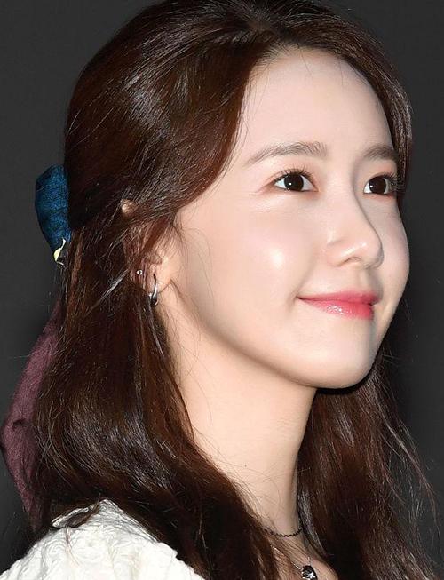 Gương mặt không tì vết khi chụp cận mặt giúp nữ idol nhận được nhiều lời khen ngợi. Yoona có làn da căng bóng, mịn mướt, không hề có dấu hiệu của mụn ẩn hay lỗ chân lông. Làn da của cô đạt chuẩn glass skin mà nhiều cô gái Hàn ao ước có được.