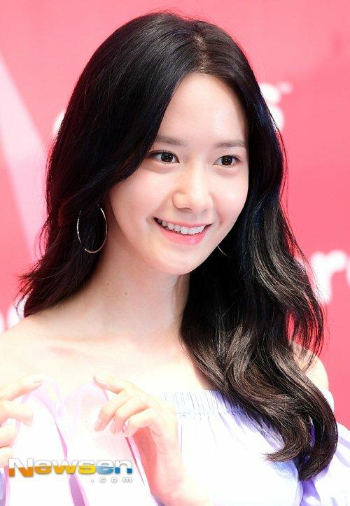 Bí quyết của Yoona là dù bận rộn đến mấy vẫn phải dành thời gian chăm sóc da.cô cho rằng việc làm sạch, dưỡng ẩm và đắp mặt nạ là những bước quan trọng nhất trong chu trình dưỡng da.