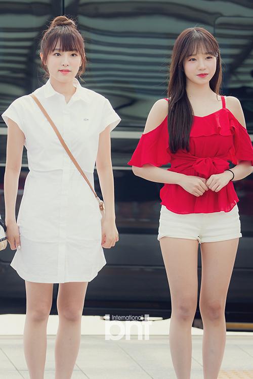 Choi Yena (áo trắng) và Jo Yuri xuất hiện với phong cách năng động đậm chất mùa hè.