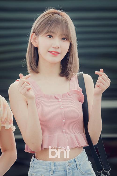 IZONE lên đường sang Mỹ để tham gia KCON. Sakura ngày càng xinh đẹp sau khi debut ở Hàn. Phong cách thời gian của nữ idol cũng sành điệu hơn.