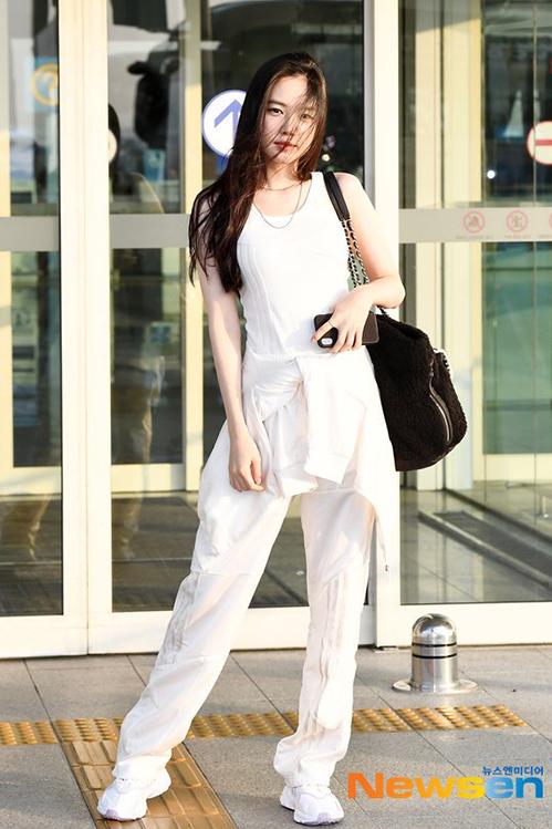 Phong cách thời trang năng động, tối giản của Na Eun (Apink) được netizen khen ngợi.