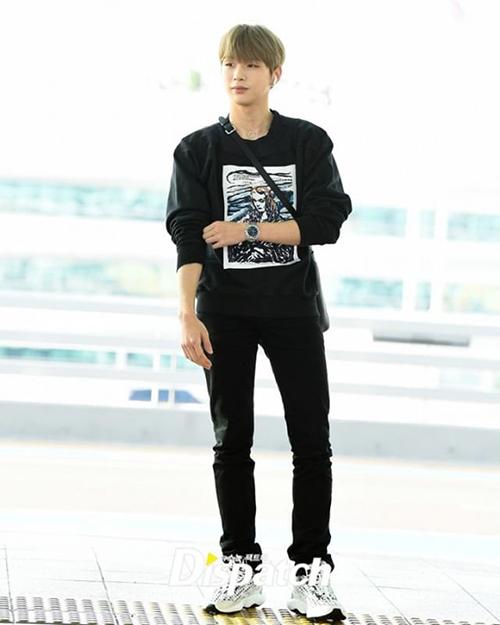 Kang Daniel xuất hiện rạng rỡ sau tin hẹn hò. Nam idol lên đường đến Singapore.