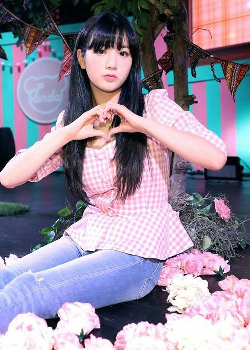Vào ngày kỉ niệm 8 năm debut, Bomi đã lựa chọn Alice Heart Neck Blouse với màu hồng dịu dàng để ăn mừng cùng các thành viên Apink.