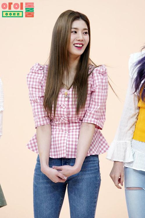Xuất hiện trên Idol Room mới đây, Eunbi cũng lựa chọn item này với gam hồng ngọt ngào mix với quần jeans đơn giản nhưng rất nổi bật.