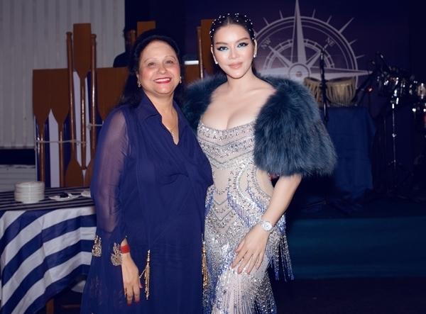 Cô chụp hình cùng phu nhân tỷphú Nitin Shah.