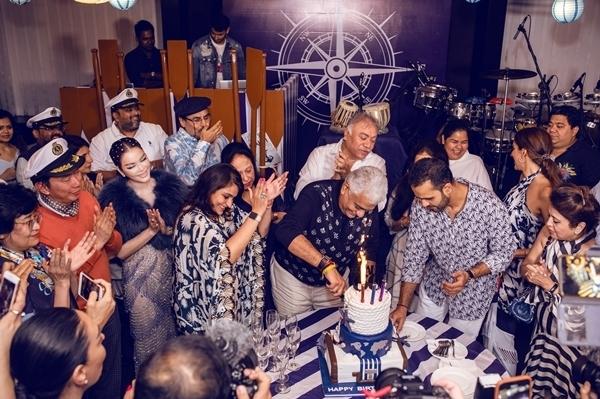 Các khách mời nhảy múa chúc mừng sinh nhật tỷ phú..