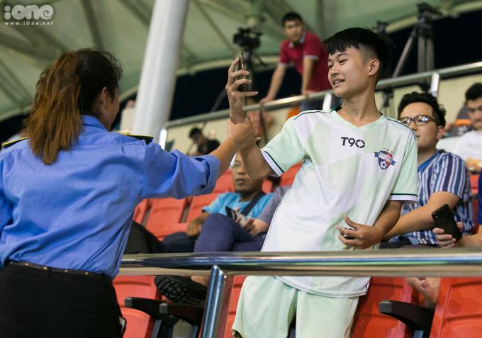 <p> Một em nhỏ cũng bị lực lượng an ninh yêu cầu rời khỏi vì liên tục dí sát điện thoại vào hai cầu thủ đang theo dõi trận đấu.</p>