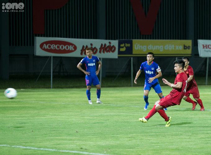 <p> Được đá chính từ đầu trận nhưng tới đầu hiệp 2 Martin Lo bất ngờ rời sân nhường chỗ cho Phan Thanh Hậu. Ít phút sau, cầu thủ của Phố Hiến FC lại vào sân thi đấu và chịu trách nhiệm đá penalty từ pha phạm lỗi của cầu thủ CLB Kitchee.<br /><br /> Chạy đà từ từ và sút mạnh, Martin Lo khiến thủ môn CLB Kitchee không thể cản phá. Martin Lo mở tỷ số 1 - 0 cho U22 Việt Nam ở phút thứ 66 của trận đấu.</p>