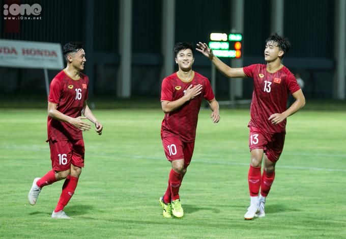 <p> Hotboy của đội tuyển U22 Việt Nam (giữa) vui vẻ ăn mừng bàn thắng cùng đồng đội. Chia sẻ với <em>iOne,</em>Martin Lo cảm thấy vui và hạnh phúc khi được ghi bàn mở tỷ số cho U22 Việt Nam.</p>