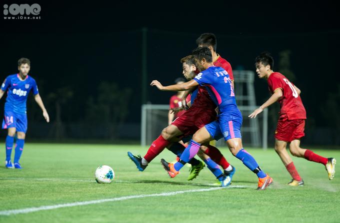 <p> Các cầu thủ U22 Việt Nam thi đấu lăn xả dù thời tiết không ủng hộ.</p>