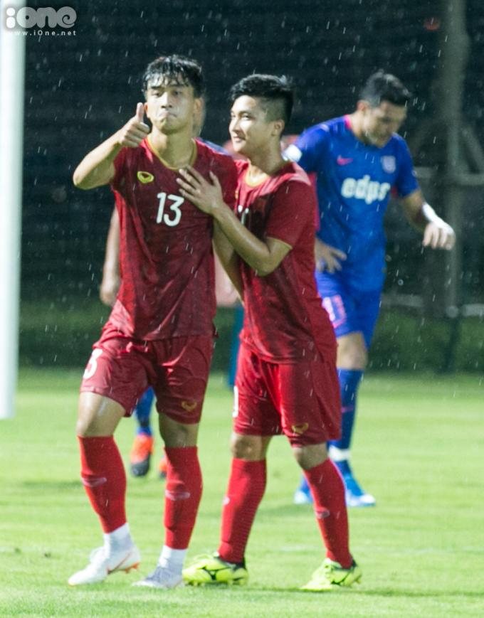 <p> Hai cầu thủ ghi bàn cho U22 Việt Nam là Trần Danh Trung (trái) và Martin Lo (phải).</p>