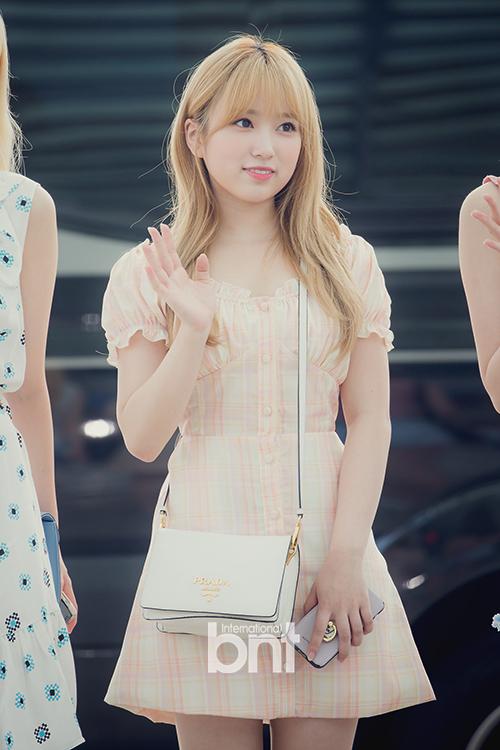 Nako cũng lột xác khi trang điểm, chọn đồ ra sân bay theo phong cách Kpop.