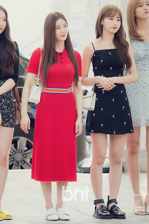 Kwon Eun Bi (váy đỏ) và Chae Won.