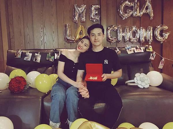 Đông Nhi - Ông Cao Thắng khoe những món quà ý nghĩa được fan tặng. Cặp đôi nhá hàng chuẩn bị công bố ảnh cưới.