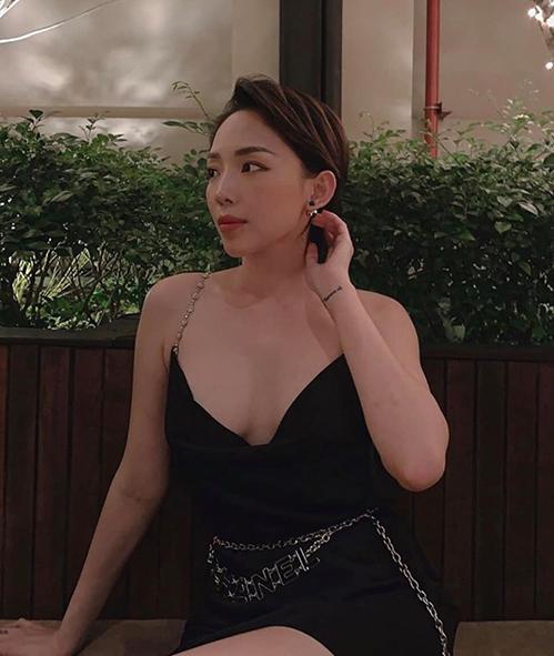 Tóc Tiên diện váy dây không nội y khoe vòng một. Cô cho rằng: Vũ khí tối thượng của phụ nữ là...1 chiếc váy đen