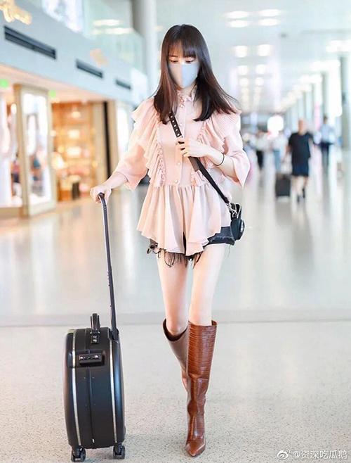Cô cũng tiến bộ gu thời trang rõ rệt khi mặc váy bánh bèo, kết hợp quần shorts theo trào lưu giấu quần. Cách mix boots cao gót cho thấy độ nhanh nhạy với xu hướng của người đẹp.