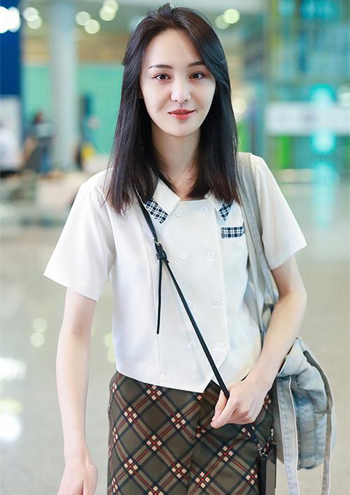 Những bộ cánh trẻ trung giúp Trịnh Sảng được khen xứng với danh hiệu nữ thần học đường. Khi ra sân bay gần đây, cô cũng đầu tư kiểu tóc, trang điểm chỉn chu hơn hẳn.