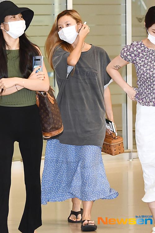 Mặc như 'bà thím' ở sân bay, Hwasa (Mamamoo) vẫn được