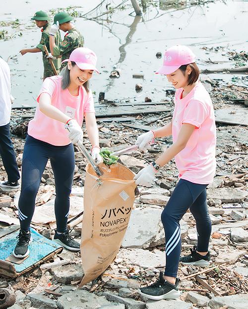 Tham gia hoạt động dọn sạch bờ biển Hải Phòng có chủ nhân kênh Youtube Pretty Much - Phương Ly và hot girl Trang Lou.