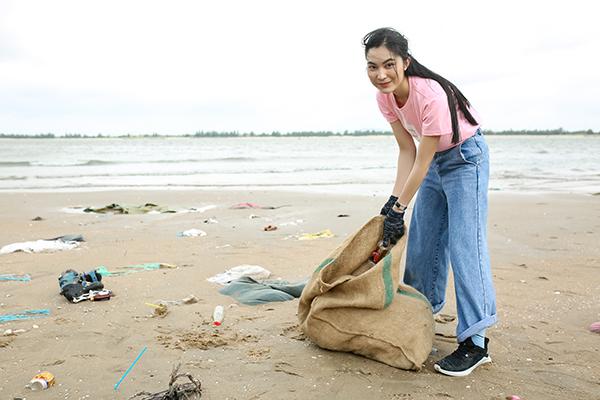 Helly Tống là một vlogger đặc biệt quan tâm tới vấn đề bảo vệ môi trường. Cô luôn nỗ lực tổ chức và đồng hành cùng nhiều dự án sống xanh, điển hình là mô hình kinh doanh  cây xanh The Yên Concept cùng Lại Đây Refill Station – trạm dừng chân cho các bạn trẻ với lối sống xanh.