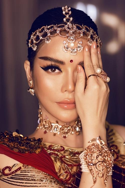 Lý Nhã Kỳ phối thêm trang sức kim cương đeo trên tóc, bông tai. Nhẫn và vòng tay được làm từ vàng hồng, ngọc trai đính kim cương, ruby.
