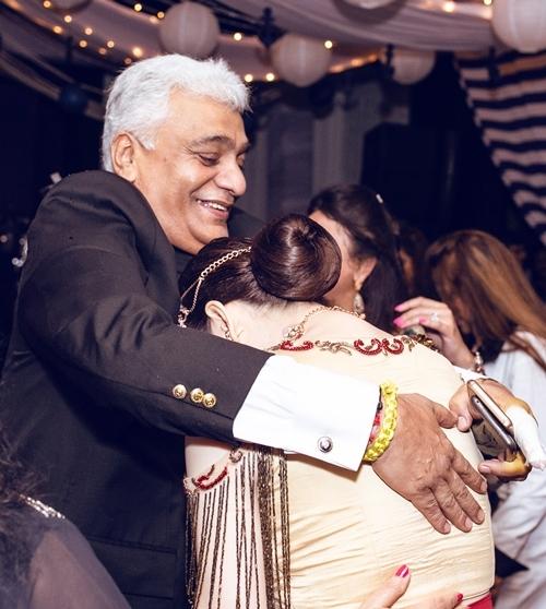 Từ Ấn Độ, Lý Nhã Kỳ xác nhận, tỉ phú Nitin Shah nhận cô làm con nuôi. Ông dành cho cô sự tiếp đãi như người trong gia đình. Để tri ân cha nuôi, Lý Nhã Kỳ cúi đầu cảm tạ.