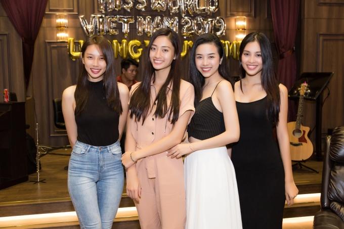 <p> Hòa cùng niềm vui với Thùy Linh có Hoa hậu Trần Tiểu Vy, Á hậu Thúy An, người đẹp Thùy Tiên (từ phải sang).</p>