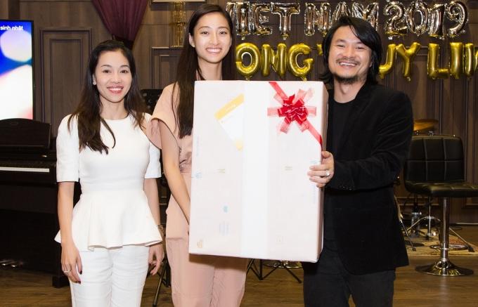 """<p> """"Bà trùm hoa hậu"""" Phạm Kim Dung và đạo diễn Hoàng Nhật Nam chuẩn bị hộp quà bí ẩn để chúc mừng tân hoa hậu.</p>"""