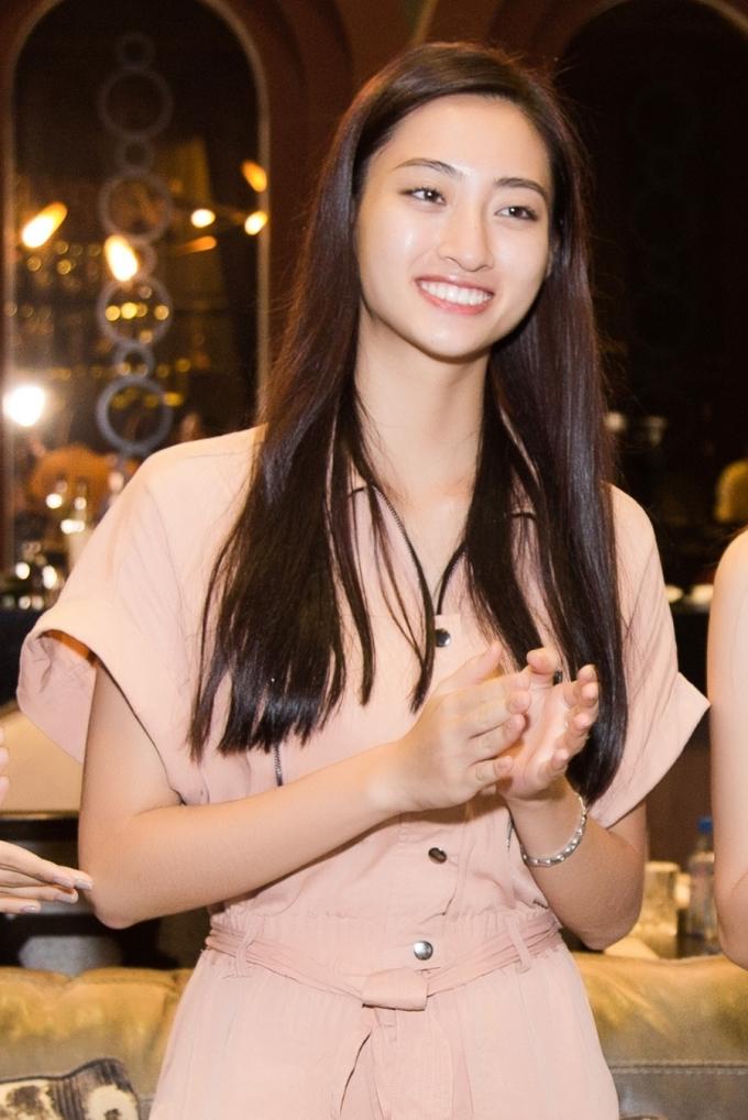 <p> Đây là tiệc sinh nhật đầu tiên của Lương Thùy Linh sau khi đăng quang hoa hậu cách đây gần 2 tuần. Người đẹp 10x diện trang phục đơn giản với jumpsuit, đi sneaker, gần như để mặt mộc.</p>